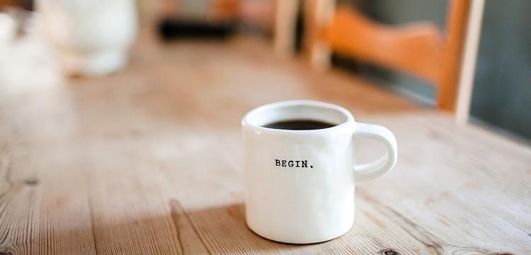 ダイニングテーブルとコーヒー